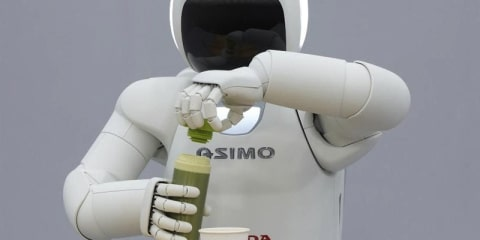 Honda ASIMO robot pours drinks by itself: video
