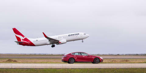 Tesla Model S P90D with Ludicrous Mode v Qantas Boeing 737:: Drag Race