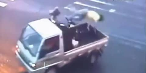 Chinese traffic hosts motorcycle stuntman-like accident