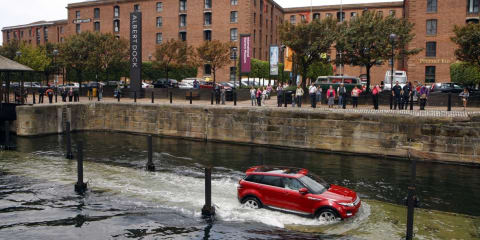 Range Rover Evoque wows Tourists in the UK