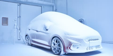 How much difference do winter tyres make on ice? - video