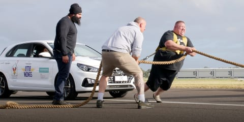 Video: World Record Attempt – Man Pulls 16 Cars
