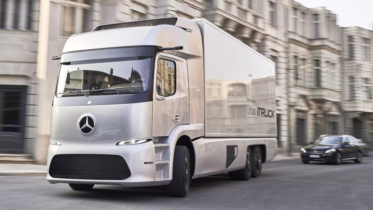 Mercedes-Benz urban eTruck, Exterieur, Silver Arrow metallic, dreiachsiger Verteiler-Lkw, 2 x 125 kW, 2 x 500 Nm, 3 Module Lithium-Ionen-Batterien, Gesamtkapazität: 212 kWh, elektrisch angetriebene Hinterachse, Reichweite: bis zu 200 km, zul. Gesamtgewicht: 26 t ; Mercedes-Benz urban eTruck, Exterior, silver arrow metallic, three-axle short-radius distribution truck, 2 x 125 kW, 2 x 500 Nm, 3 modules of lithium-ion batteries, total capacity: 212 kWh, electrically driven rear axle, operating range: up to 200 km, permissible gross vehicle weight: 26 t;