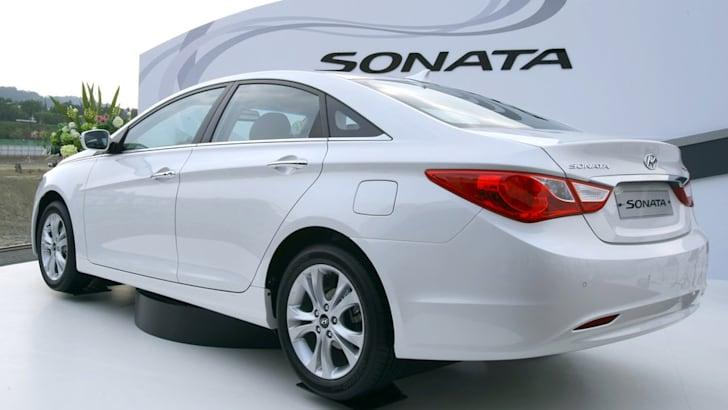 2011_Hyundai_Sonata_002