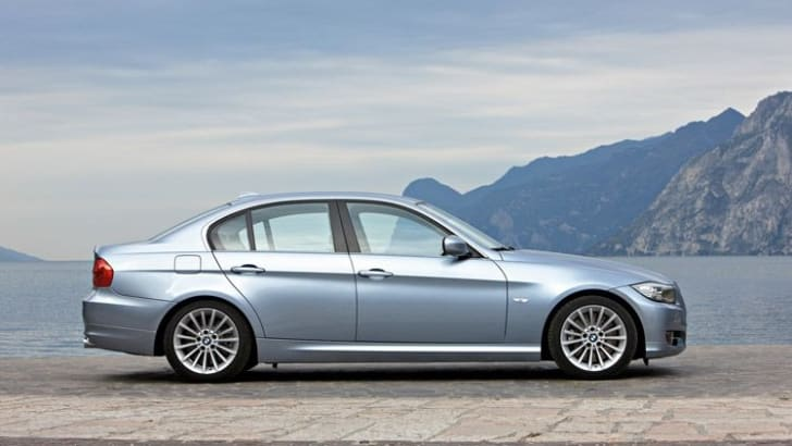 2009_BMW_335i_sedan+side_view