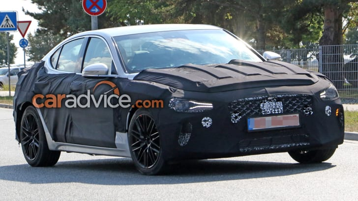 2017_genesis_g70_hyundai_spy-photos_02