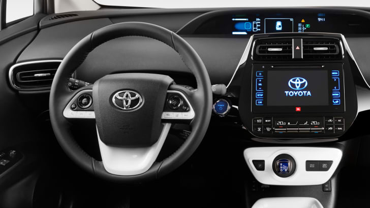 2016_toyota_prius_08a