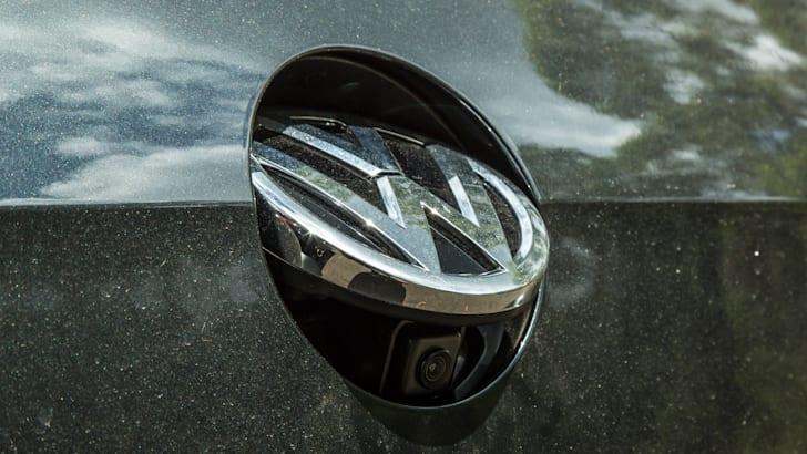2016 Volkswagen Golf GTI Performance v 2016 Peugeot 308 GTi 27050