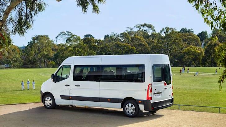2016-Renault-Master-Bus-2