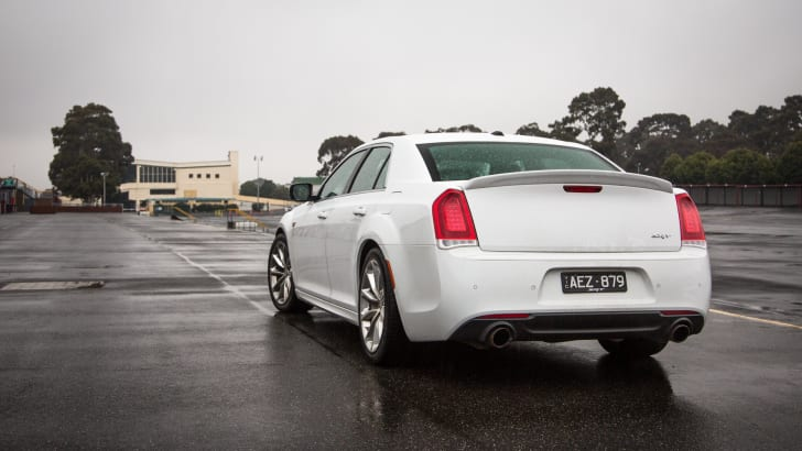 2015-chrysler-300-SRT-40