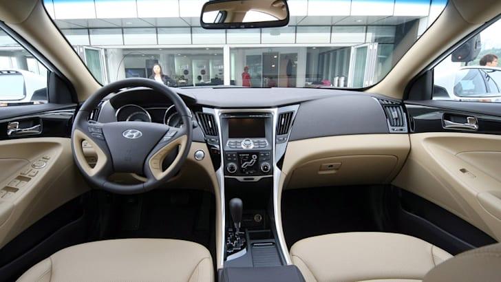 2011_Hyundai_Sonata_003