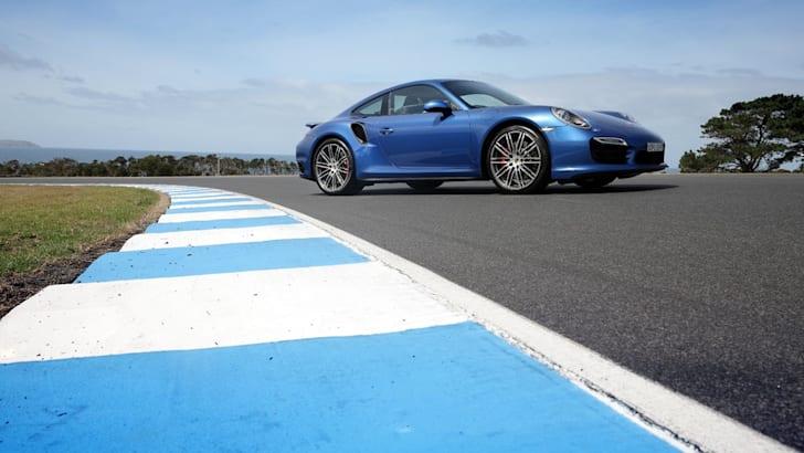 2014-Porsche-911-Turbo-24