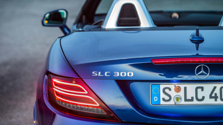 Das neue S-Class Cabriolet und der neue SLC, Côte d'Azur 2016, Mercedes Benz SLC 300, brillantblau metallic, Leder: exclusiv beige <> The new S-Class Cabriolet and the new SLC, Côte d'Azur 2016, Mercedes Benz 300, brillantblue , Leather: Two-tone exclusive nappa platinum white pearl / black Kraftstoffverbrauch kombiniert: 5,8 (l/100 km), CO2-Emissionen kombiniert: 134 (g/km) Fuel consumption, combined: 5.8 (l/100 km), CO2 emissions, combined: 134 (g/km)