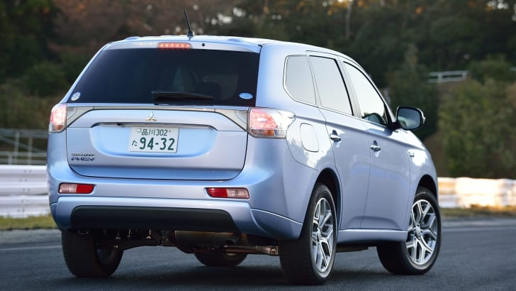 2014-Mitsubishi-Outlander-PHEV-Review-03