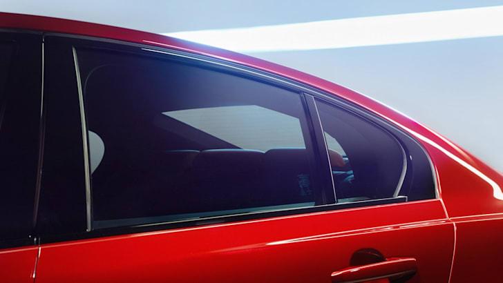 2015-Jaguar-XE_04