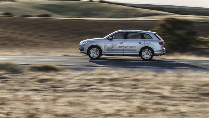 2016-Audi-Q7-e-tron-27