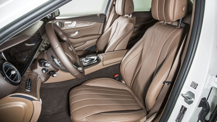 E350 e Exklusiv, designo diamantweiss, Nappa Nussbraun/Espressebraun E350e Exclusive, designo diamond white bright, nappa nut brown/espresso brown E 350 e Kraftstoffverbrauch NEFZ kombiniert: 2,1 l/100 km*; CO₂-Emissionen kombiniert: 49 g/km*; Elektrischer Energieverbrauch NEFZ gewichtet (kWh/100 km): 11 kWh/100 km* (*vorläufig) Fuel consumption NEDC combined: 2.1 l /100 km*; combined CO₂ emissions: 49 g/km*; Electric power consumption NEDC, weighted: 11 kWh/100 km* (*preliminary)