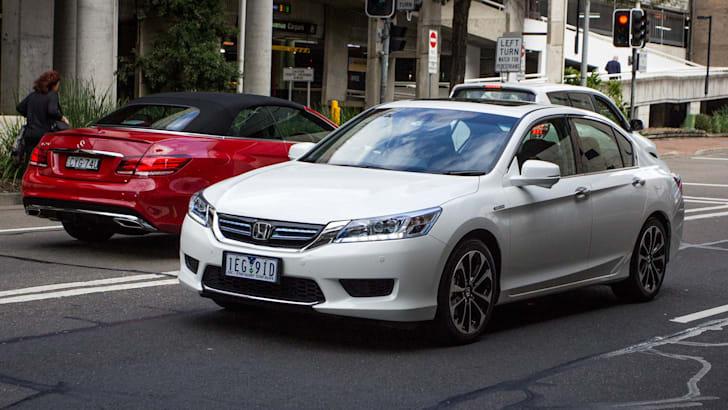 2015-honda-accord-hybrid-toyota-camry-hybrid-lexus-is300h-hybrid-comparison-67