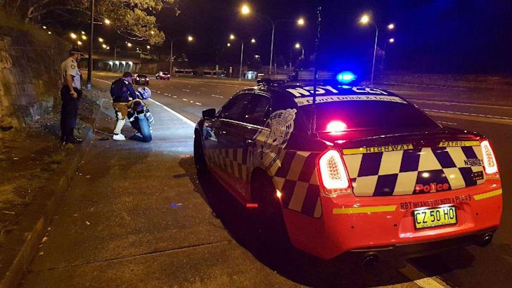 Полиция остановила мотоциклиста с поддельной лицензией МакЛовина из фильма SuperBad | CarAdvice