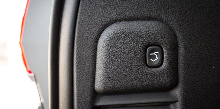 2016-jeep-grand-cherokee-volkswagen-touareg-comparison-7