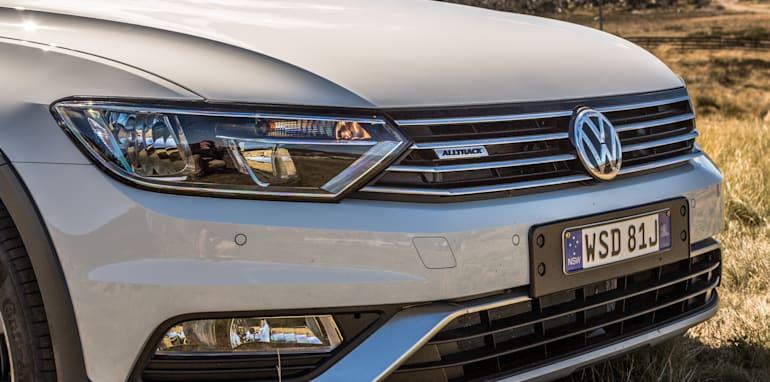 2016 Volkswagen Passat Alltrack 2.0TDI v 2016 Subaru Outback 3.6R Premium-14