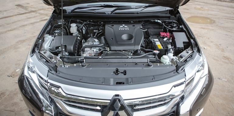 2016 Toyota Fortuner GXL V Mitsubishi Pajero Sport Exceed-35
