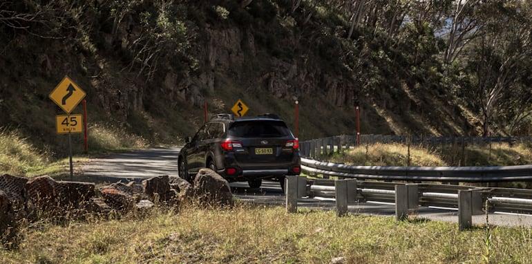 2016 Volkswagen Passat Alltrack 2.0TDI v 2016 Subaru Outback 3.6R Premium-41
