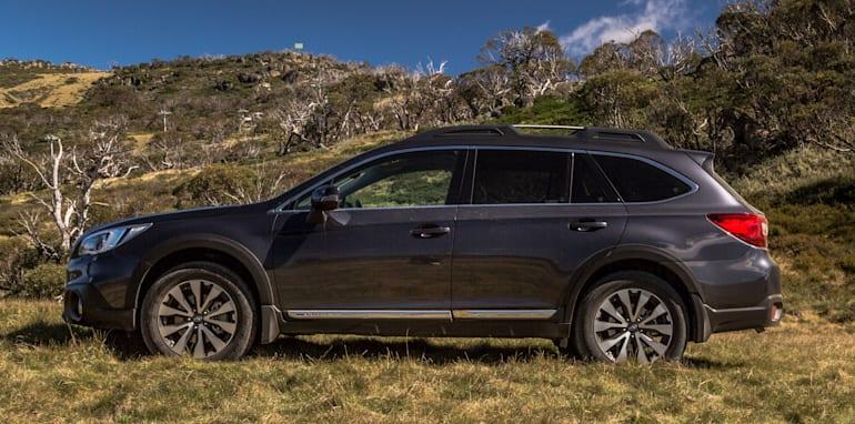 2016 Volkswagen Passat Alltrack 2.0TDI v 2016 Subaru Outback 3.6R Premium-27