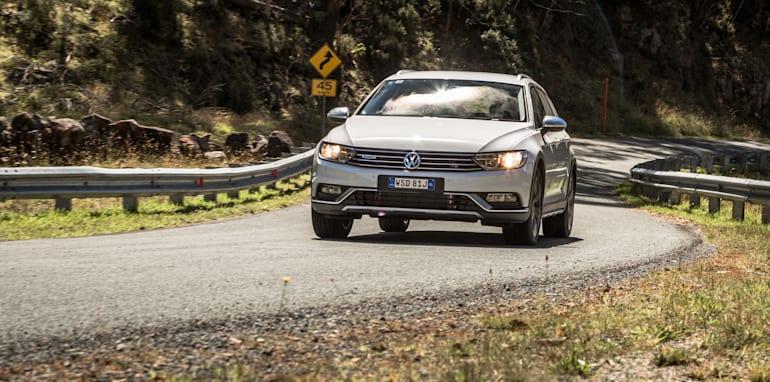 2016 Volkswagen Passat Alltrack 2.0TDI v 2016 Subaru Outback 3.6R Premium-33