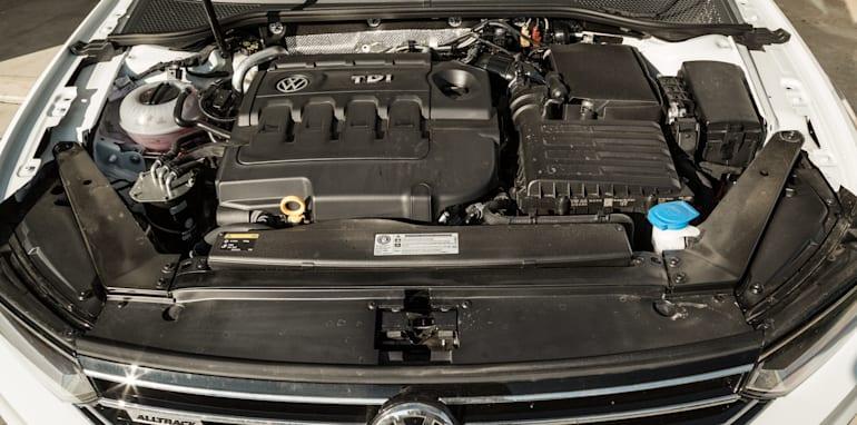 2016 Volkswagen Passat Alltrack 2.0TDI v 2016 Subaru Outback 3.6R Premium-84