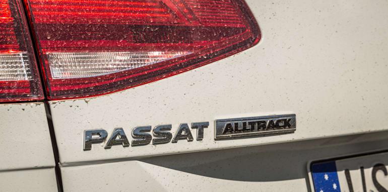 2016 Volkswagen Passat Alltrack 2.0TDI v 2016 Subaru Outback 3.6R Premium-23