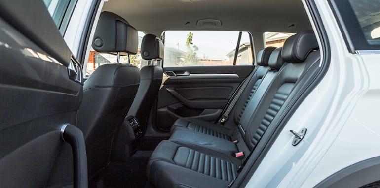 2016 Volkswagen Passat Alltrack 2.0TDI v 2016 Subaru Outback 3.6R Premium-54