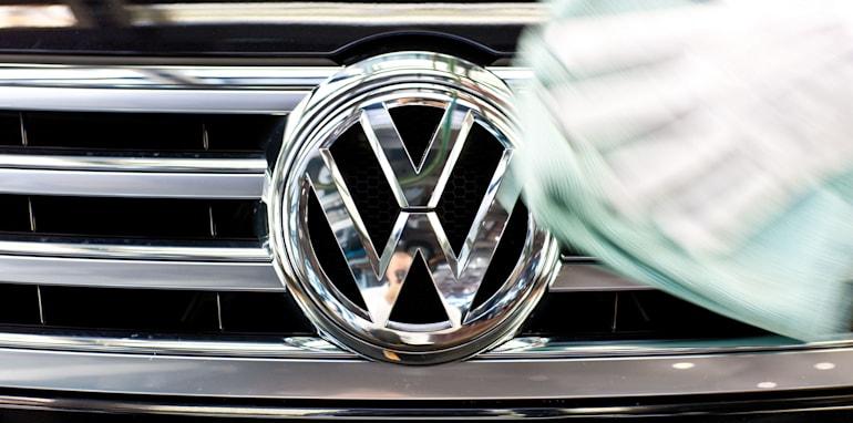 Volkswagen Phaeton grille logo polishing