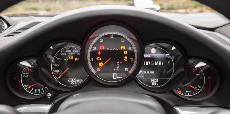 2015-porsche-911-turbo-v-nissan-gtr-comparison-37