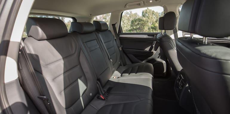 2016-jeep-grand-cherokee-volkswagen-touareg-comparison-26