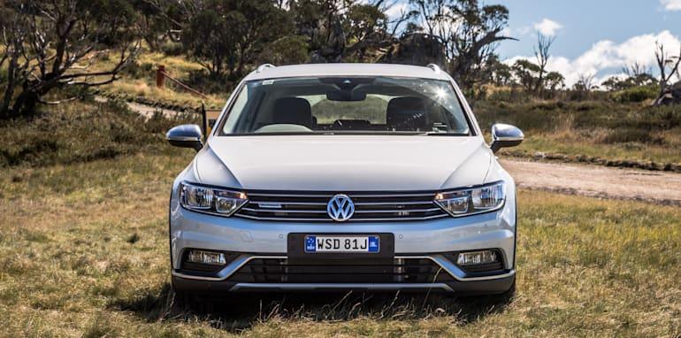 2016 Volkswagen Passat Alltrack 2.0TDI v 2016 Subaru Outback 3.6R Premium-9