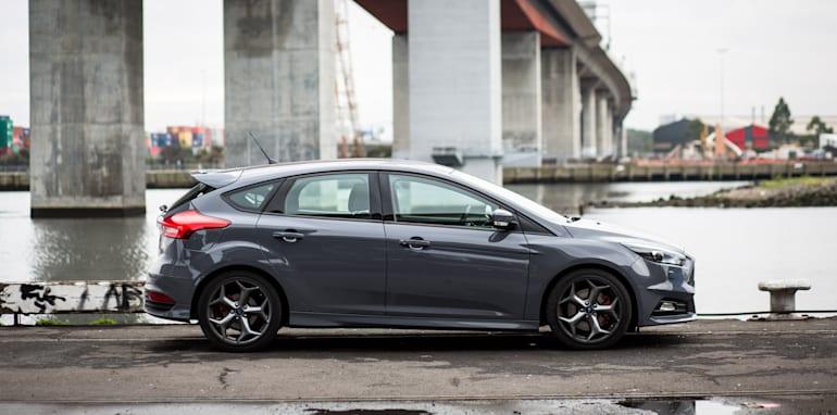 2015-holden-astra-vxr-ford-focus-st-comparison-12