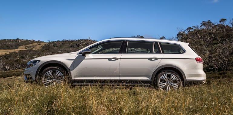2016 Volkswagen Passat Alltrack 2.0TDI v 2016 Subaru Outback 3.6R Premium-24
