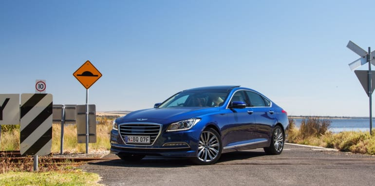 2014-HYUNDAIandBMW-528i-vs-genesis-comparison-36