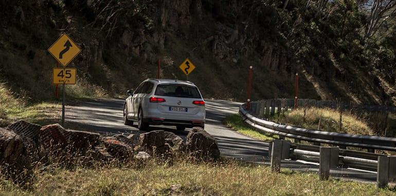2016 Volkswagen Passat Alltrack 2.0TDI v 2016 Subaru Outback 3.6R Premium-37