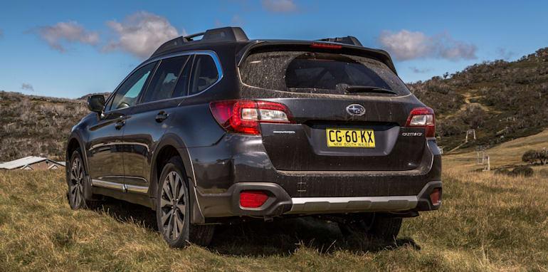 2016 Volkswagen Passat Alltrack 2.0TDI v 2016 Subaru Outback 3.6R Premium-17