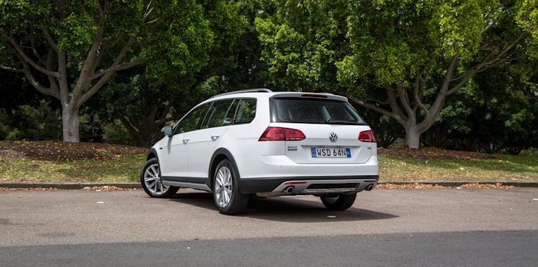 2016-volkswagen-golf-alltrack-comparison-7