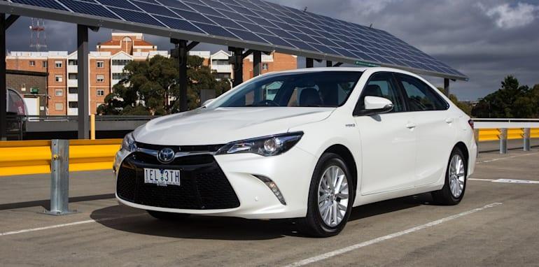 2015-honda-accord-hybrid-toyota-camry-hybrid-lexus-is300h-hybrid-comparison-17