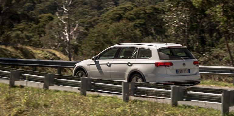 2016 Volkswagen Passat Alltrack 2.0TDI v 2016 Subaru Outback 3.6R Premium-36