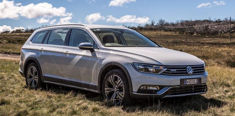2016 Volkswagen Passat Alltrack 2.0TDI v 2016 Subaru Outback 3.6R Premium-11