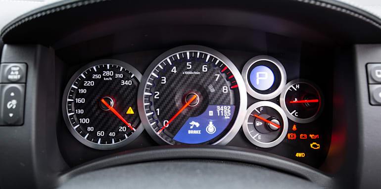 2015-porsche-911-turbo-v-nissan-gtr-comparison-15