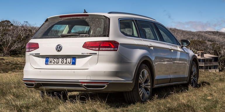 2016 Volkswagen Passat Alltrack 2.0TDI v 2016 Subaru Outback 3.6R Premium-16