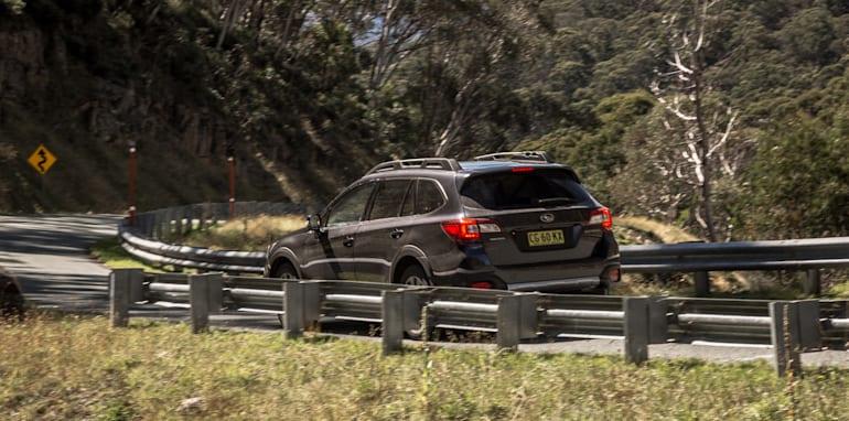 2016 Volkswagen Passat Alltrack 2.0TDI v 2016 Subaru Outback 3.6R Premium-40
