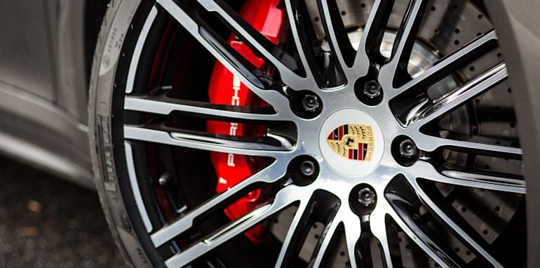 2015-porsche-911-turbo-v-nissan-gtr-comparison-93