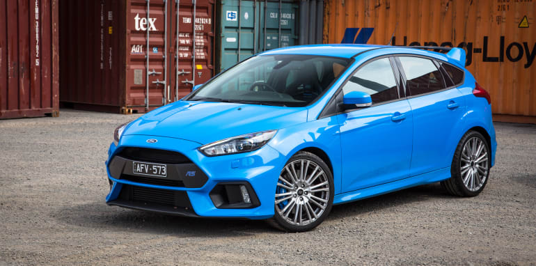2017-ford-focus-rs-v-bmw-m140i-comparison-60